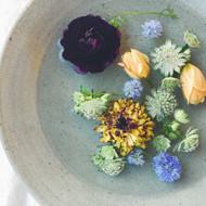 美味しい醬と花のある食卓