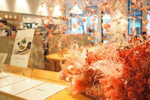 カフェ&キッチン「DO TABELKA」(コレド室町3)が「FLOWERS BY NAKED」とコラボレーション